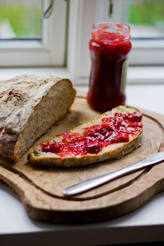 Jordbær-rabarber-marmelade og et virkelig lækkert brød