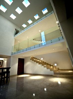 Diseño-de-interiores-Casa-cañada-techo-con-claraboyas