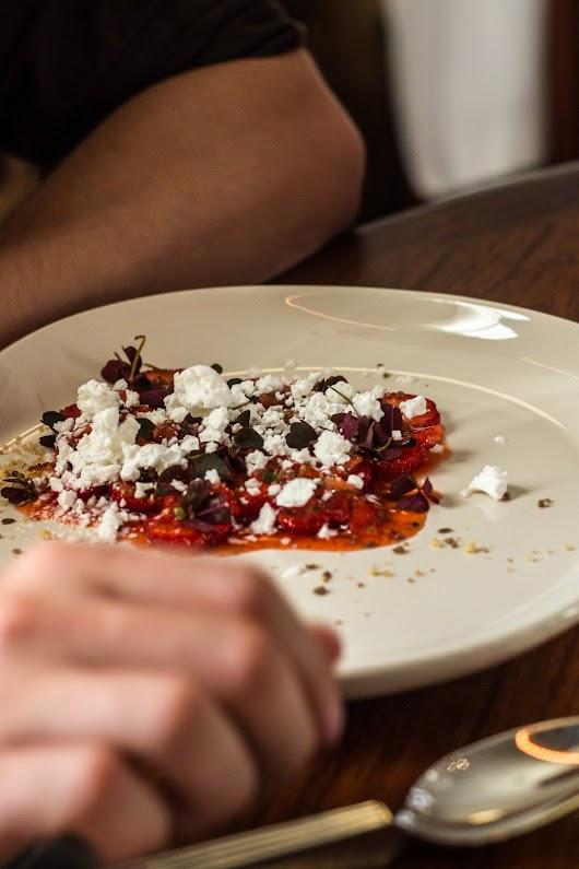 Dessert med jordbær, rød skovsyre og ymer hos Malling og Schmidt - Mikkel Bækgaards Madblog