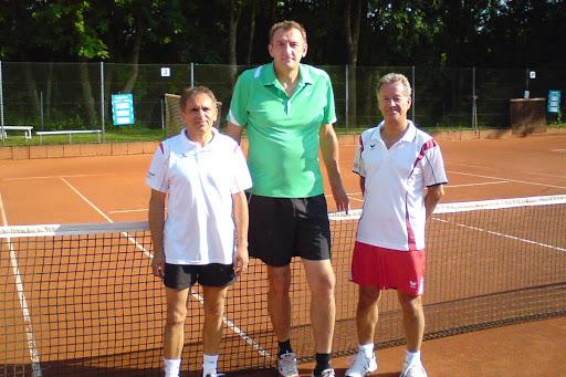 Franz Stark und Herbert Benkißer mit dem ehemaligen Basketballprofi Christoph Fikiel beim Punktspiel in Elchingen.