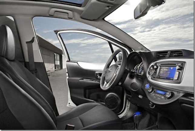 Toyota-Yaris_Hybrid_2013_1280x960_wallpaper_03