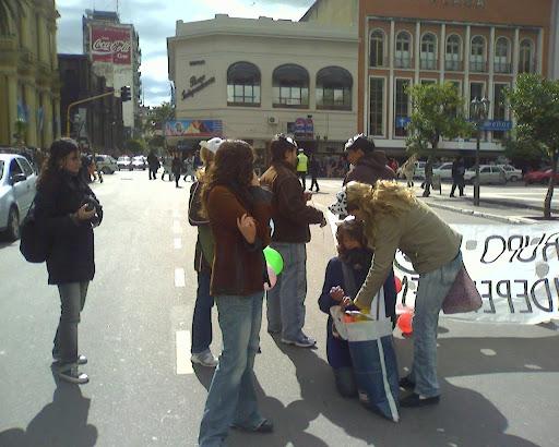 Manifestantes cortando la 25 de Mayo