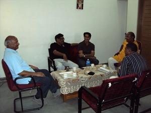 प्रो. पालीवाल (सबसे बाएं) के घर में सुबह की चाय