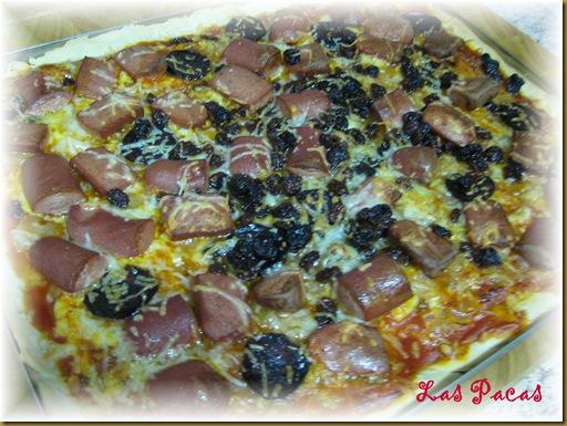 pizza de salchichas y pasas