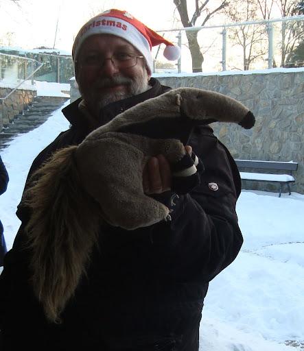 Prezes wrocławskiego zoo i... faktyczny prezes Redakcji Mrówkojada - Pan Dyrektor Radosław Ratajszczak i pluszowy mrówkojad Tadzik!