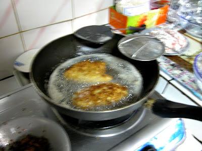หลังจากชุบไข่+เกล็ดขนมปังแล้ว ก็เอาลงทอดเล๊ยยย