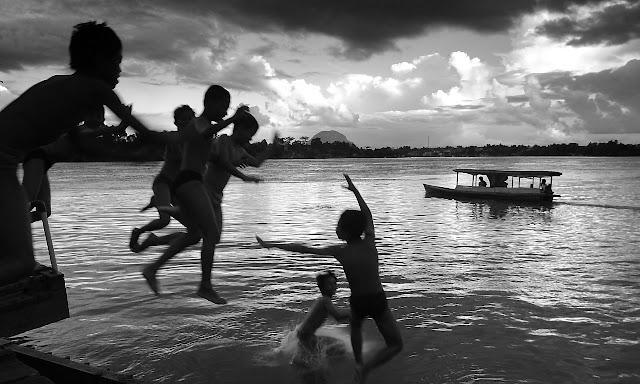 Mandi di sungai kapuas Sintang