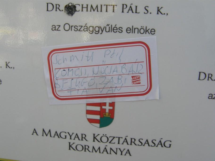 Schmitt Pál, Köztársasági elnök A XXI. század első évtizedének végén, negyvenhat év megszállás, diktatúra és az átmenet két zavaros évtizede után Magyarország visszaszerezte az önrendelkezés jogát és képességét.  A magyar nemzet önrendelkezésért vívott küzdelme 1956-ban egy dicsőséges, de végül vérbe fojtott forradalommal kezdődött. A küzdelem a rendszerváltás politikai paktumaival folytatódott, és végül szabadság helyett kiszolgáltatottságba, önállóság helyett eladósodásba, felemelkedés helyett szegénységbe, remény, bizakodás és testvériség helyett mély lelki, politikai és gazdasági válságba torkollott. A magyar nemzet 2010 tavaszán még egyszer összegyűjtötte maradék életerejét, és a szavazófülkékben sikeres forradalmat vitt véghez.  A győzelmet a magyar emberek a régi rendszer megdöntésével és egy új rendszer, a Nemzeti Együttműködés Rendszerének megalapításával vívták ki. A magyar nemzet e történelmi tettével arra kötelezte a megalakuló Országgyűlést és a felálló új kormányt, hogy elszántan, megalkuvást nem ismerve és rendíthetetlenül irányítsák azt a munkát, amellyel Magyarország fel fogja építeni a Nemzeti Együttműködés Rendszerét.  Mi, a Magyar Országgyűlés képviselői kinyilvánítjuk, hogy a demokratikus népakarat alapján létrejött új politikai és gazdasági rendszert azokra a pillérekre emeljük, amelyek nélkülözhetetlenek a boldoguláshoz, az emberhez méltó élethez és összekötik a sokszínű magyar nemzet tagjait. Munka, otthon, család, egészség és rend lesznek közös jövőnk tartóoszlopai.  A Nemzeti Együttműködés Rendszere minden magyar számára nyitott, egyaránt részesei a határon innen és túl élő magyarok. Lehetőség mindenki számára és elvárás mindenki felé, aki Magyarországon él, dolgozik és vállalkozik.  Szilárd meggyőződésünk, hogy a Nemzeti Együttműködés Rendszerében megtestesülő összefogással képesek leszünk megváltoztatni Magyarország jövőjét, erőssé és sikeressé tenni hazánkat. Ez a roppant erőket felszabadító összefogás minden magyar embert, legyen bármil