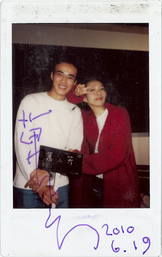 隔了這麼多年,終於,有了第一張萬芳的簽名,簽在一張陪伴了我7年的照片上