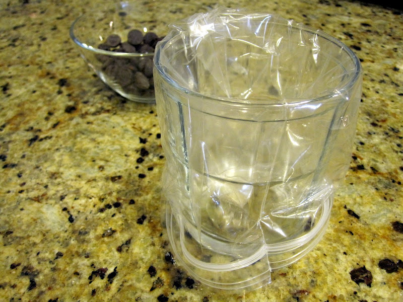 melting and drizzling chocolate using a ziplock bag