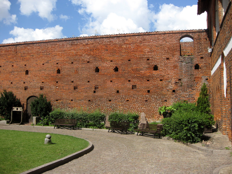 Pusta ściana obmurowania dziedzińca zamku