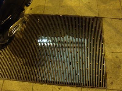 В Милане глубокая канализация прямо под тротуарами