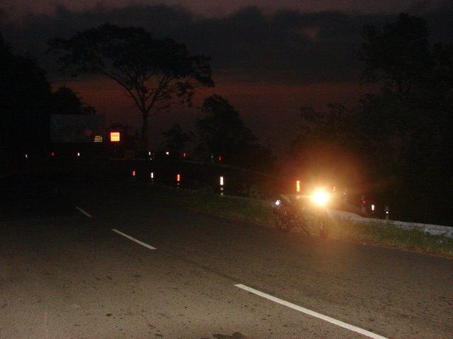 வானம் சிவக்கத் துவங்குகிறது, இரண்டாவது கொண்டை ஊசி - கோத்தகிரி சாலை