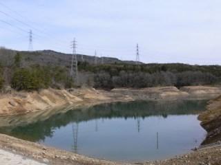 洪水吐より(!)ダム湖を望む