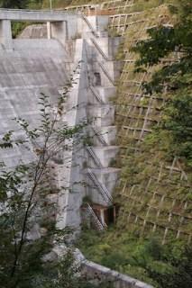 右岸下流側よりフーチング・導流壁を望む
