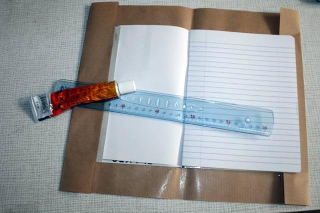 Collage du papier de récupération sur la boîte de récupération