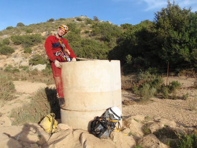 Julio saliendo del pozo de hormigón.