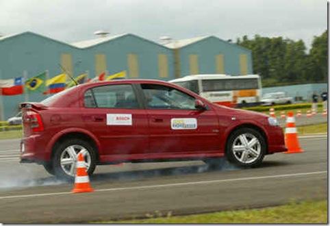 TESTES S11  SP 28-04-05  J CARRO JT  testes com sistemas de freios ABS da Bosch. Na foto, um Chevrolet Astra.  FOTO Divulgacao.