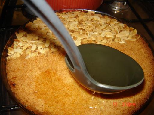 نوزع الشراب بالتساوي على صينية البسبوسة