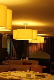 餐廳內的擺設與燈光