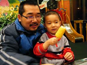 contented dad&son. 满足的父子:朱子卓和朱楚甲。