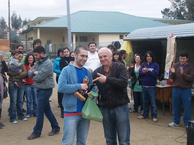 Alberte recibe o premio do artesán-artista que creou a 13-14 de madeira