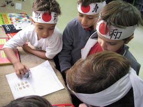 Alunos explicando sobre a migração japonesa