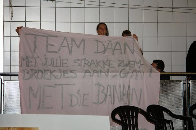 de vrouwelijke supportersclub van Daan, waterpolo Roeselare