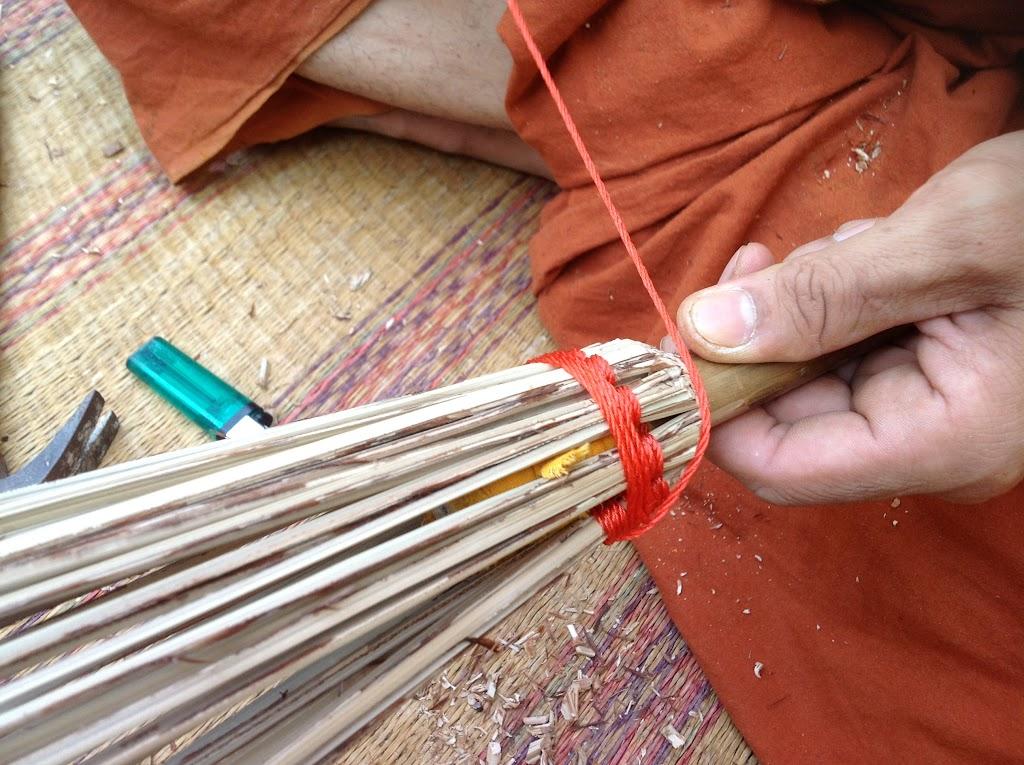 ดึงเชือกมาพันรอบด้าม | Roll the string around the handle