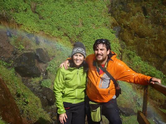 Raquel y yo después de pasar por detrás de la cascada de Seljalandsfoss - Islandia