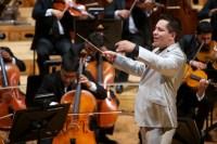 Diego Guzmán condujo a la Orquesta Sinfónica Simón Bolívar de Venezuela en la interpretación de Obertura de El rapto en el serallo, de Wolfgang Amadeus Mozart, y en la Sinfonía No. 45 en Fa sostenido menor, La despedida, de Haydn