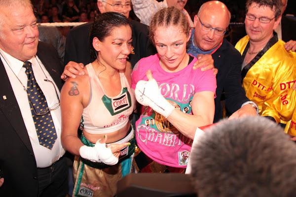 Delfine Persoon en Erica Anabella Farias na de kamp om de WBC titel
