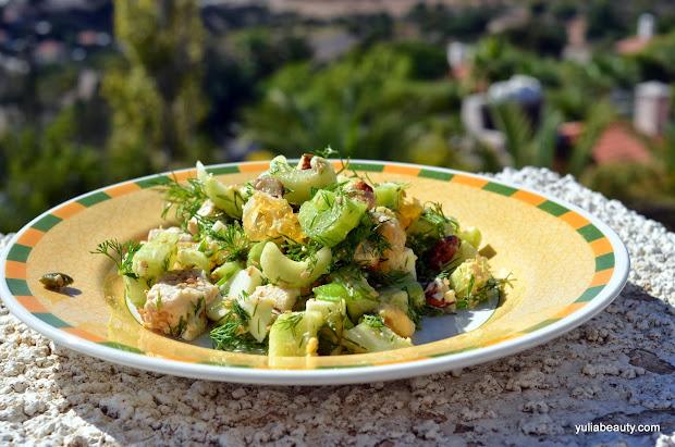 диетический салат с курицей, семечками и овощами