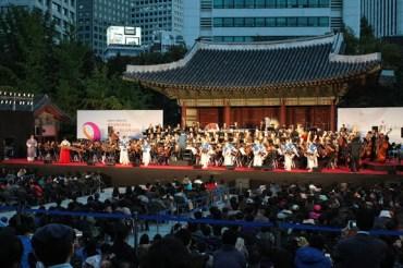 La presentación de la Orquesta Binacional Venezuela-Corea inició bajo la batuta de Dietrich Paredes, quien dirigió la Obertura 1812 de Tchaikovsky
