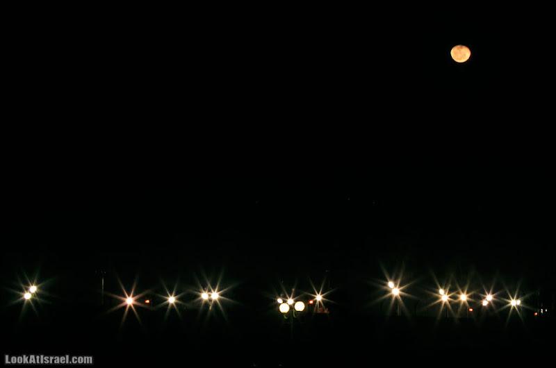 Одно фото / Moon over