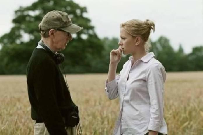 Woody Allen comentando aspectos del rodaje con Scarlett Johansson