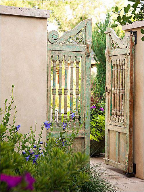 Puerta de muro de madera.
