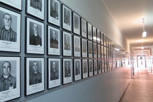 Auf den Fluren hängen heute Bilder der ehemaligen Gefangenen