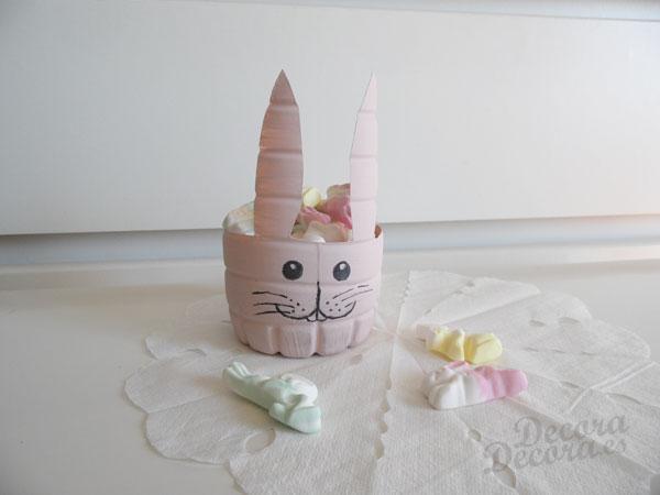 Conejo de Pascua hecho con una botella
