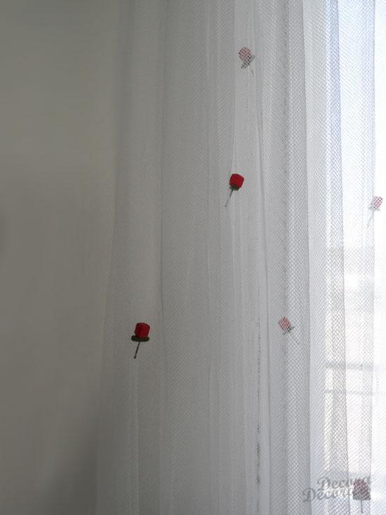 Rosas hechas a mano para decorar visillo IKEA.