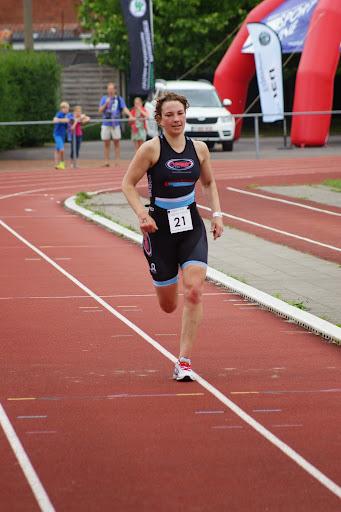 Ann-Sophie Van Hoecke wint - 1/8e triatlon Roeselare - 1 juni 2014