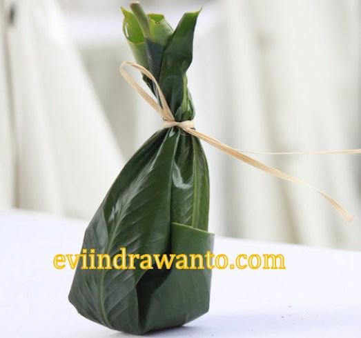 daun sebagai kemasan makanan, hanjuang
