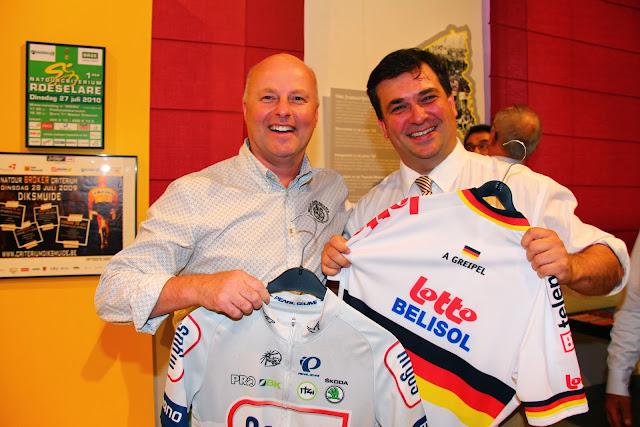 José Debels en Kris Declercq met de wielertruien van Greipel en Kittel