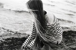 solidão-praia-pensando-sozinha