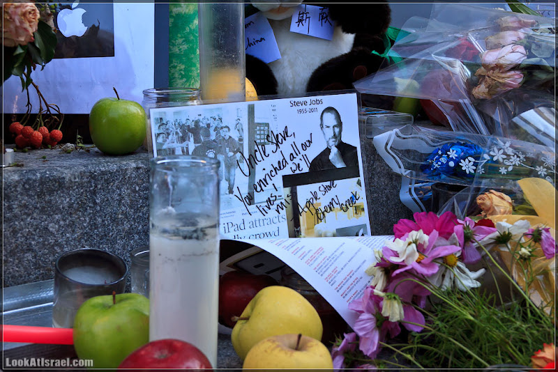 Америка 2.0 / Нью Йорк - Мемориал Стива Джобса у Apple Store на 5-ой авеню