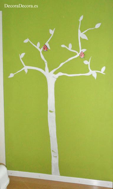 Decorar la pared con un árbol.