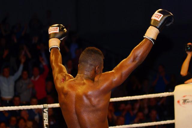 Yves Ngabu wint met TKO