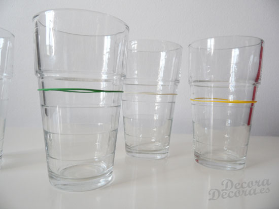 Decorar los vasos con gomitas de globos.