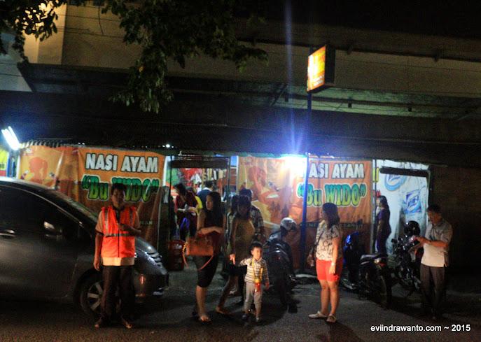 warung nasi ayam bu widodo di jalan kemuning I no. 29