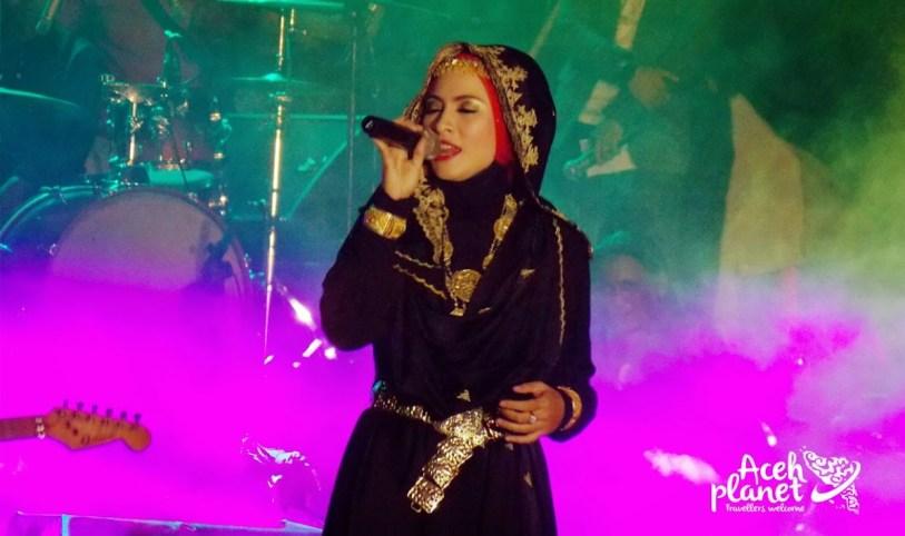 Liza Aulia tampil sebagai penutup acara Malam seni aceh 10 tahun Tsunami Aceh